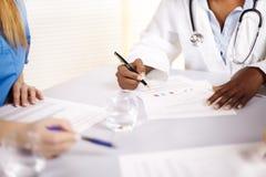 Docteur parlant sur un contact image stock