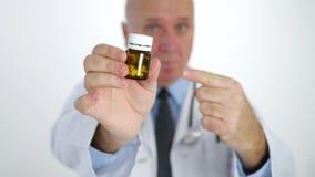 Docteur Pointing avec des médecines d'apparence de doigt recommandant le traitement de pilules clips vidéos