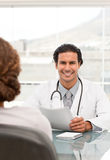 Docteur positif pendant un rendez-vous Photo stock