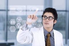 Docteur poussant un bouton image stock