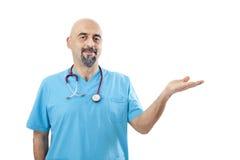 Docteur présent un produit d'isolement sur le blanc image libre de droits
