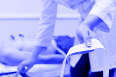 Docteur prenant l'électrocardiogramme Images stock