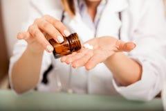 Docteur prenant quelques meds Photos stock