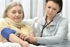 Docteur prenant soin de patient Photographie stock libre de droits