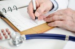 Docteur prenant un rendez-vous Photo libre de droits