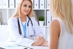 Docteur rassurant son patient féminin Concept de médecine, d'aide et de soins de santé Photo libre de droits