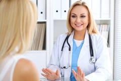 Docteur rassurant son patient féminin Concept de médecine, d'aide et de soins de santé Photographie stock libre de droits