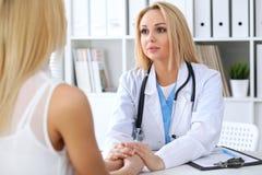 Docteur rassurant son patient féminin Concept de médecine, d'aide et de soins de santé Photos libres de droits
