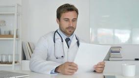 Docteur Reading Documents dans la clinique, écritures clips vidéos