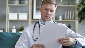 Docteur Reading Medical Report du petit pâté, écritures banque de vidéos