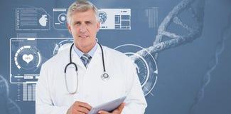 Docteur regardant l'appareil-photo et tenant le comprimé Images libres de droits