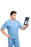 Docteur regardant la photo de rayon X d'isolement photographie stock libre de droits