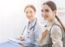 Docteur rencontrant un patient dans le bureau photographie stock libre de droits