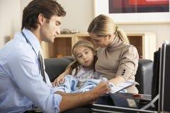 Docteur rendant visite à l'enfant et à la mère malades à la maison image stock