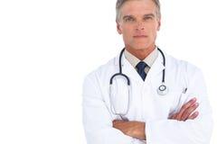 Docteur sérieux d'homme avec des bras croisés photo stock