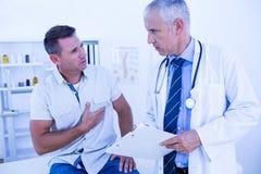 Docteur sérieux parlant avec son patient Photos stock