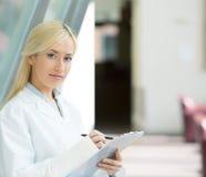 Docteur sûr et féminin, professionnel de soins de santé images libres de droits