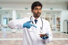 Docteur se dirigeant aux boursouflures de drogue dans la paume photos libres de droits