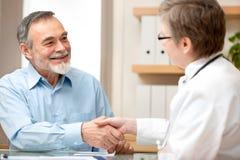 Docteur se serrant la main au patient photos stock