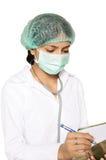 Docteur signant quelques documents médicaux. Image libre de droits