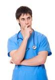Docteur songeur dans l'uniforme bleu photographie stock