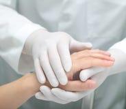 Docteur soulageant une femme malade Photo stock