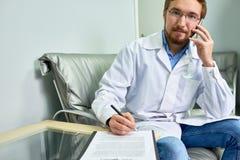 Docteur Speaking par le téléphone images libres de droits