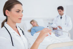 Docteur sérieux tenant une seringue Photo libre de droits