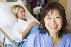 Docteur Standing In Patients Room Images stock