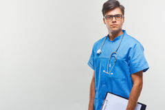 Docteur With Stethoscope Around son cou contre Grey Background photo libre de droits