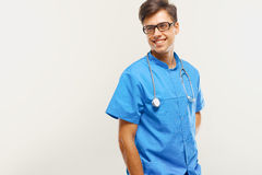 Docteur With Stethoscope Around son cou contre Grey Background photographie stock