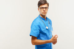 Docteur With Stethoscope Around son cou contre Grey Background image stock