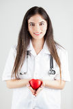 Docteur With Stethoscope Gently tient un coeur photos stock