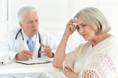 Docteur supérieur avec un patient plus âgé Photos stock