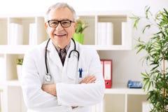 Docteur supérieur de sourire dans l'hôpital Photos libres de droits