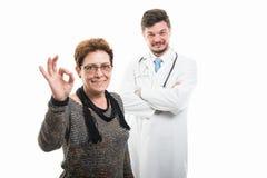 Docteur supérieur féminin satisfaisant de patient et de mâle Photographie stock libre de droits