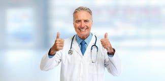 Docteur supérieur heureux avec des pouces Image stock