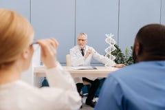 Docteur supérieur paisible conduisant la conférence dans l'université médicale Images libres de droits