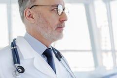 Docteur supérieur prenant la décision sérieuse Images libres de droits
