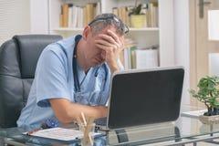 Docteur surchargé dans son bureau photo libre de droits