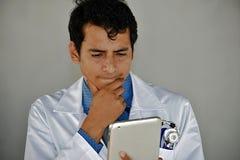 Docteur With Tablet Confused de mâle adulte photo stock