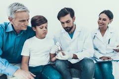 Docteur Taking Blood Sample de doigt du ` s de garçon photographie stock libre de droits