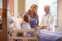 Docteur Talks To Mother avec la fille adolescente dans l'hôpital image stock