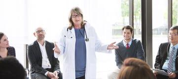 Docteur Team Treatment Plan Discussion Concept photos stock