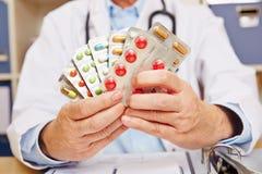 Docteur tenant beaucoup de médicaments délivrés sur ordonnance Images libres de droits