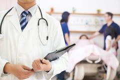 Docteur tenant des antécédents médicaux Photographie stock libre de droits