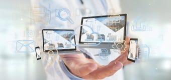 Docteur tenant des dispositifs reliés à un réseau de multimédia de nuage photo stock