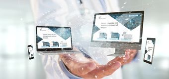 Docteur tenant des dispositifs reliés à un rendu du réseau 3d d'affaires globales photos libres de droits