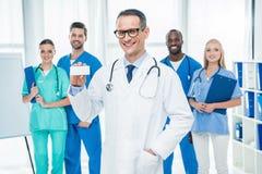 Docteur tenant la boîte de pilules photos libres de droits