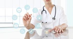 Docteur tenant la fin de médecine de pilule  Soins de santé et I médical Photo stock